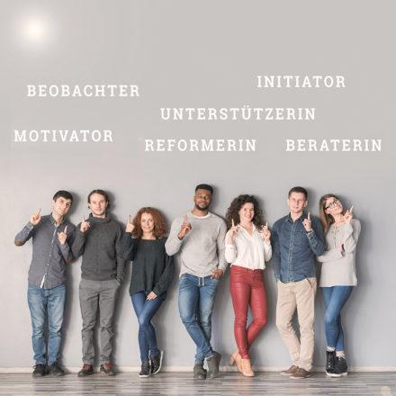Acht Personen zeigen auf Titel der acht Insights Discovery®Haupttypen im Team