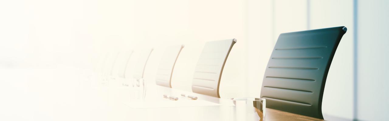 Stühle an Konferenztisch.
