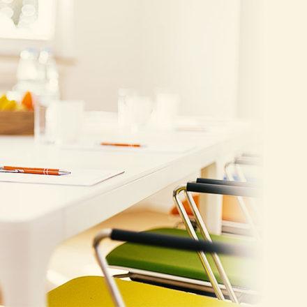 Bild von Seminarraum mit Stühlen in Insights Discovery® Farben.